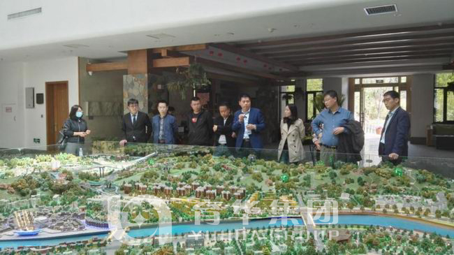 The operation team of qingming river garden went to the amorous feelings town for investigation
